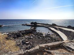 Der Mini-Hafen von Avlaki. Dort gibt es heiße Quellen. Zum Baden ist nur die kleine Bucht geeignet. Dafür gibt es nördlich davon einen Kiesstrand. (c) Tobias Schorr