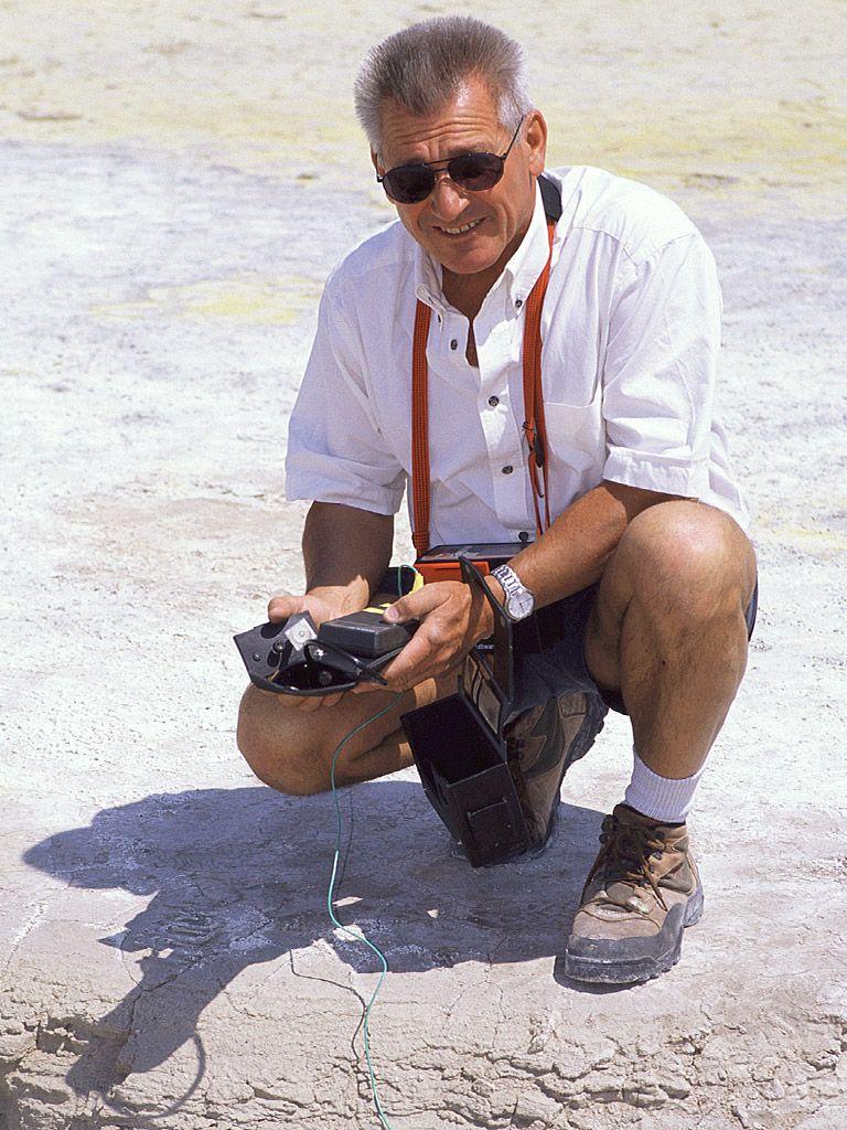 Der Geologe Dr. Prof. Volker Dietrich hat viele Vulkane erforscht und z.B. auch die geologische Karte Methanas erstellt. (c) Tobias Schorr