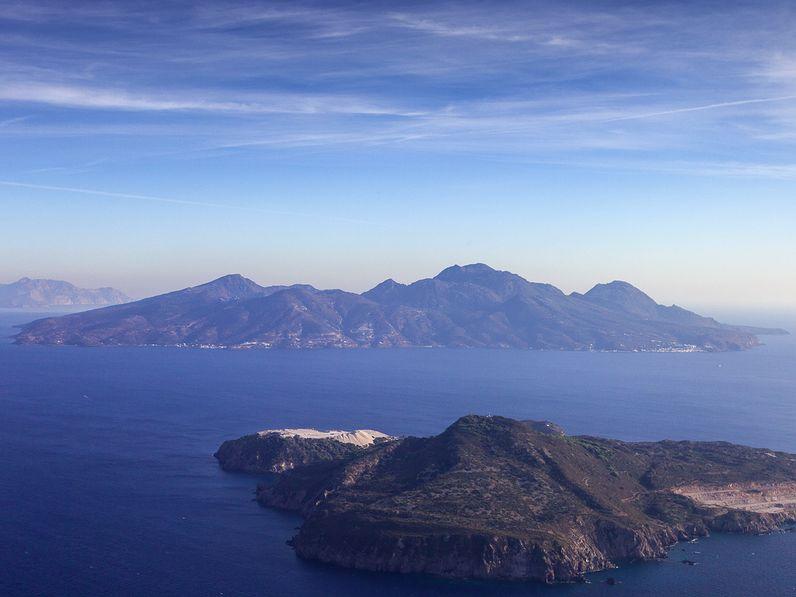 Luftaufnahme der Inseln Nisyros und Yali beim Anflug auf den Flughafen der Insel Kos