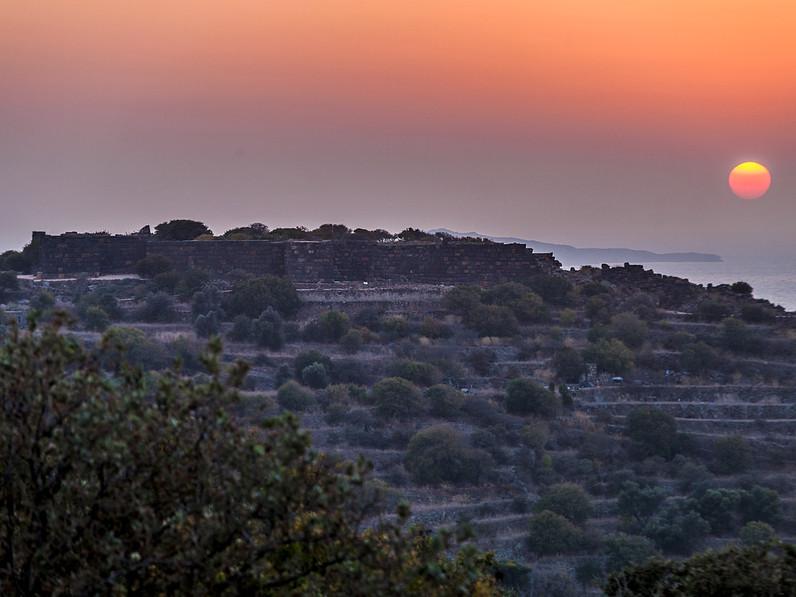 Abendlicher Blick auf die Akropolis von Nisyros. (c) Tobias Schorr