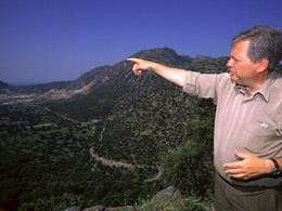 Der griechische Geologe Papanikolaou erklärt die Kaldera von Nisyros (c) Tobias Schorr