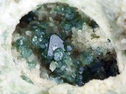 Kleine Druse mit Spinellkristallen